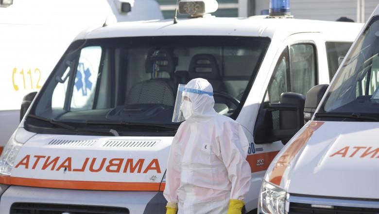Echipaj de ambulanță care tratează pacienți Covid.