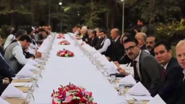 O masă lungă la care stau dipălomați străini și lideri talibani, la Kabul.