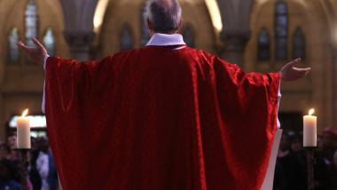 Preot catolic oficiază o slujbă în Franța