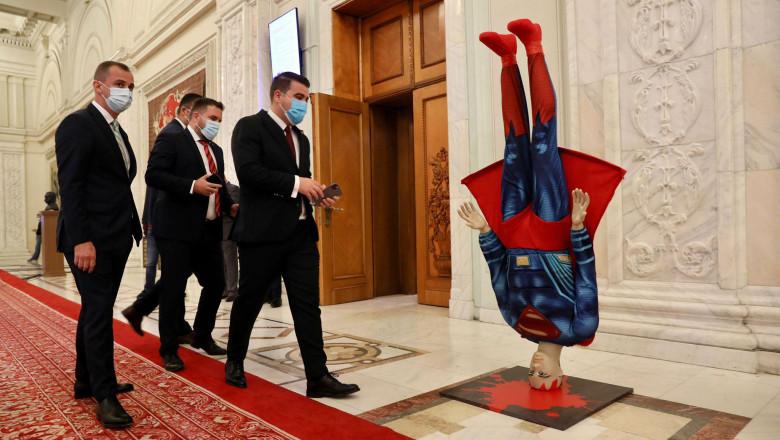 Social democrații au adus în Parlament o machetă cu Superman cu capul în jos
