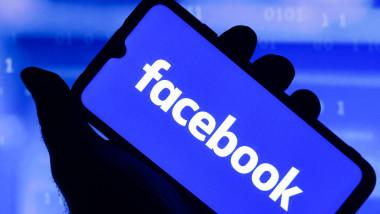 Telefon cu logul Facebook pe el.
