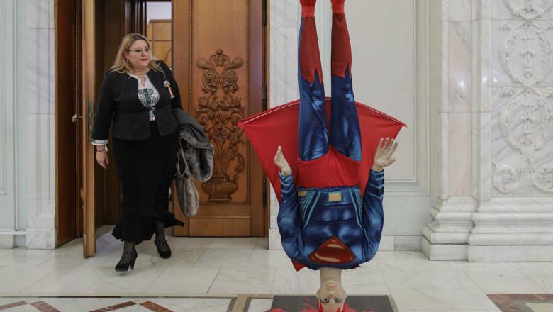 Senatoarea Diana Şoşoacă, la dezbaterea din Parlament a moţiunii de cenzură care a dus la căderea guvernului Cîţu.
