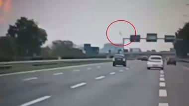 Imagini cu momentul în care se prăbușește avionul românesc la Milano