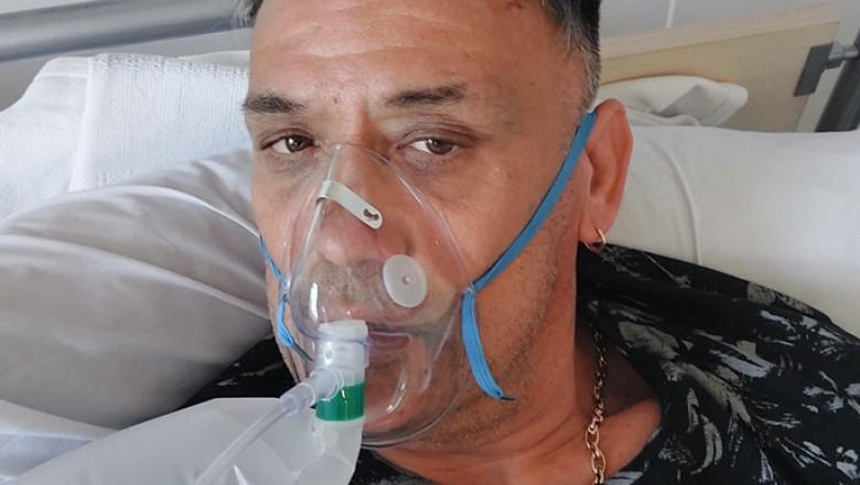 Erno-Kovacs cu mască de oxigen pe față.