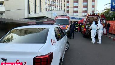 i. În curtea Spitalului Universitar din București este coadă de ambulanțe
