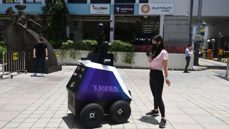 robot partruland pe strada, in singapore