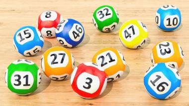 bile loto cu numere pe o masa de lemn