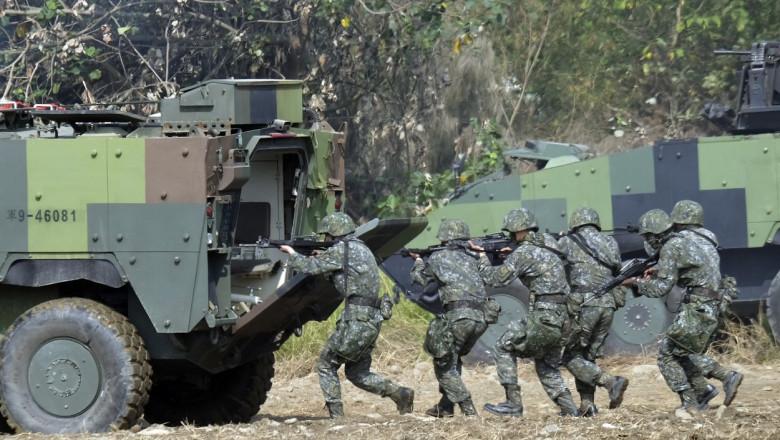 Soldați din Taiwan urcă într-un vehicul blindat