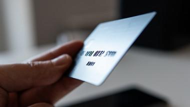 card bancar tinut in mana