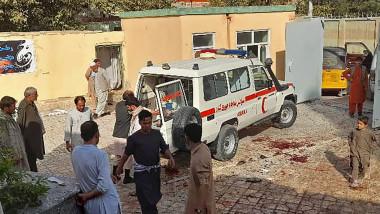 Ambulanță în curtea unei moschei
