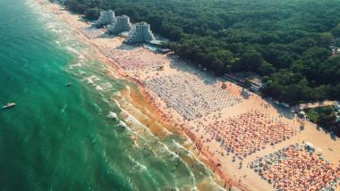 vedere de sus a litoralului din albena cu turisti pe plaja