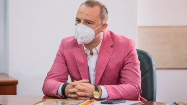 florin rosu la birou, cu masca