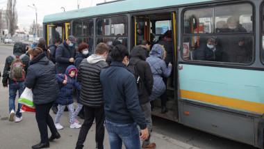 aglomeratie la urcarea intr-un autobuz STB