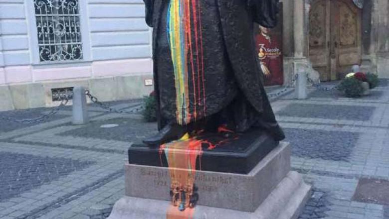 Statuia baronului Samuel von Brukenthal, manjita cu vopsea tricolora