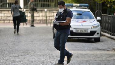 politisi ia notite in fata unei masini de politie in paris