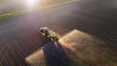 tractor imprastie o solutie pe culturile tinere de plante de pe camp