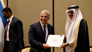 Ministrul afacerilor externe israelian și ministrul afacerilor externe din Bahrain, realizând poza oficială a evenimentul de deschidere a misiunii diplomatice a Israelului în Bahrain.