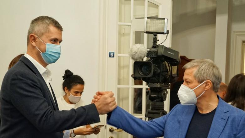 Dan Barna dă mâna cu Dacian Cioloș