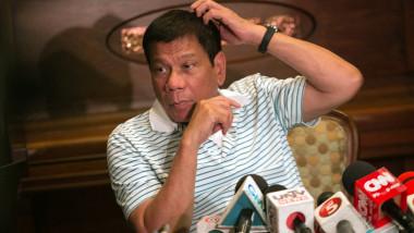 Duterte se scarpină în cap