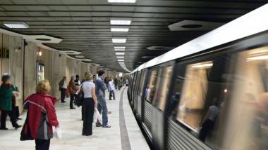 Oameni într-o stație de metrou.