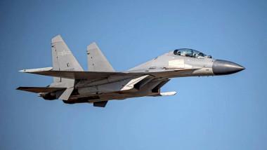 Avion de luptă în aer