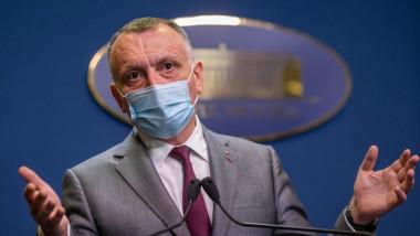 Sorin Cîmpeanu face declarații la sediul guvernului.