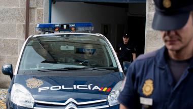 Polițiști și mașină de poliție din Spania.