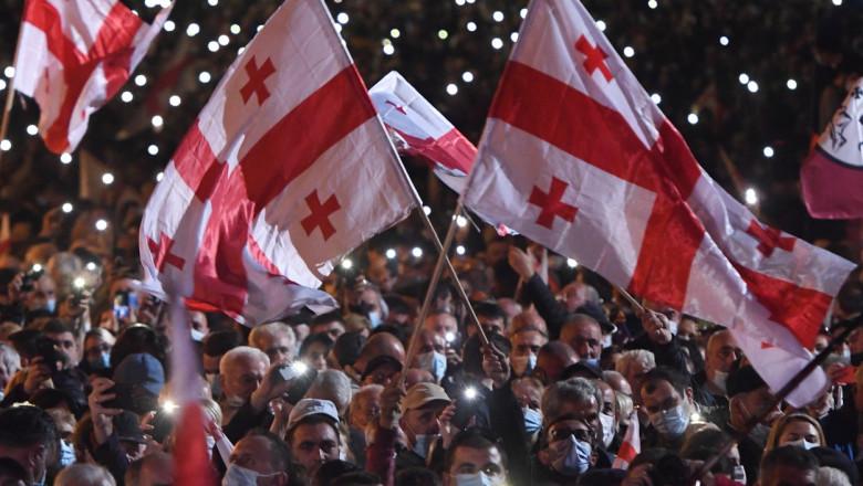 Protestatari cu steaguri ale Georgiei