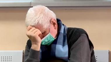 bărbat pe holul spitalului