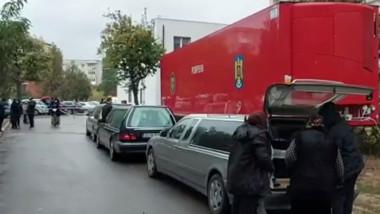 Dricuri, la coadă pentru preluarea decedaților de la spitalul din Craiova.