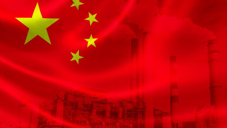steagul chinei pe un fundal cu o fabrică idustrială din China