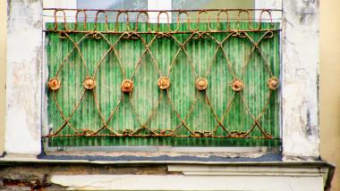 detaliu cu plasa de sarma de la balconul unei clădiri in stilul clasicismului socialist din sillamae
