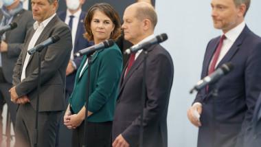 Olaf Scholz, Annalena Baerbock și Christian Lindner la microfoane
