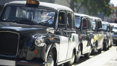 taxiuri parcate pe o strada din londra