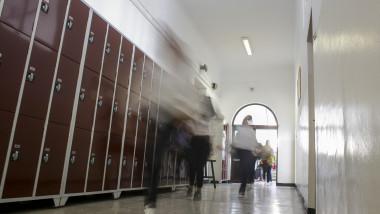 Elevi pe holul unei școli.