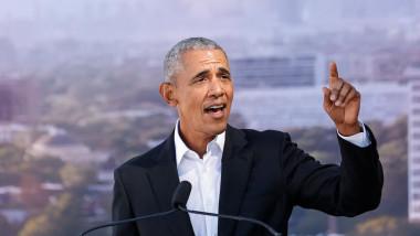 barack obama tine un discurs si arata cu degetul in sus
