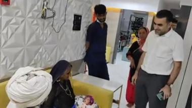mama din india cu bebelusul in brate, alaturi de sot si de medici