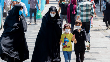 copii si femei pe strada in iran in timpul pandemiei