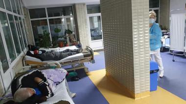 pacienti pe hol la spitalul din buzau