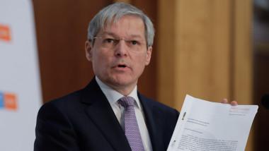 Dacian Cioloș face declarații.
