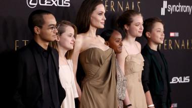 Angelina Jolie alături de copii: Maddox, Zahara, Shiloh şi gemenii Vivienne şi Knox
