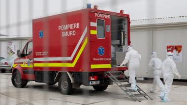 ambulanta cu personal covid in fata unui spital modular