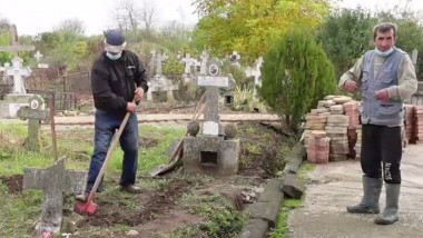 Gropari în cimitirul de la Adunații Copăceni.