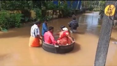 tineri din india plutind pe apa intr-un vas