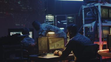 militari la computere intr-o baza militara
