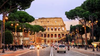 strada care duce la colosseum, in roma