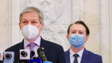 Dacian Cioloș face declarații lângă Florin Cîțu.