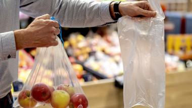 punga de plastic versus punga biodegradabila in supermarket