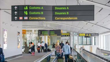 Oameni într-un aeroport din Franța