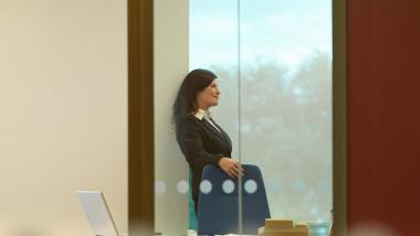 femeie de afaceri intr-un birou